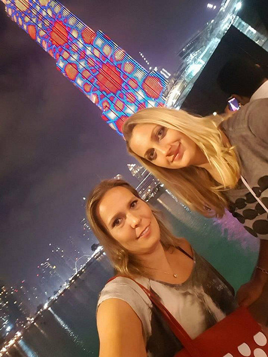 Na dovolené je s kamarádkou a týmovou spoluhráčkou Lucií Hradeckou.