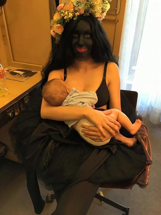 Míša při kojení v zákulisí Národního divadla se synem Kristiánem
