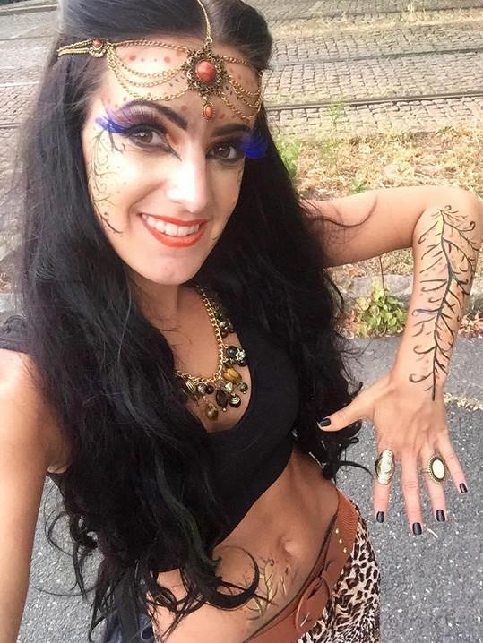 Genny měla po tváři i těle bodypainting.
