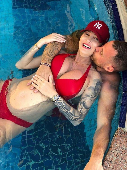 Dominika s partnerem Tomášem doma v bazénu