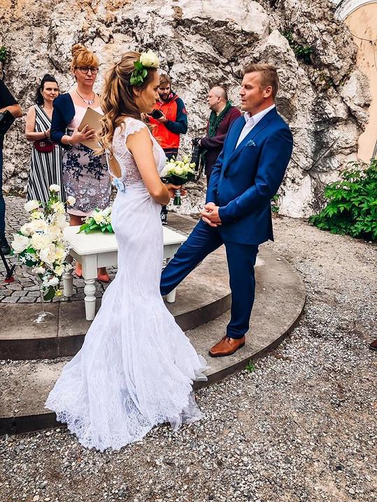 Její svatební šaty oblékla ve videoklipu Růže.