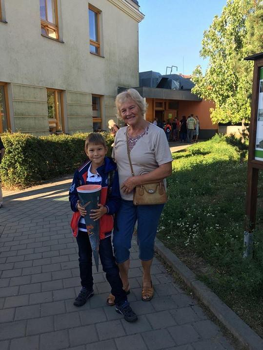 Daniela do školy první školní den doprovodila i babička Marta.