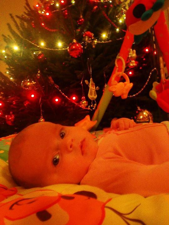 Anička u vánočního stromečku