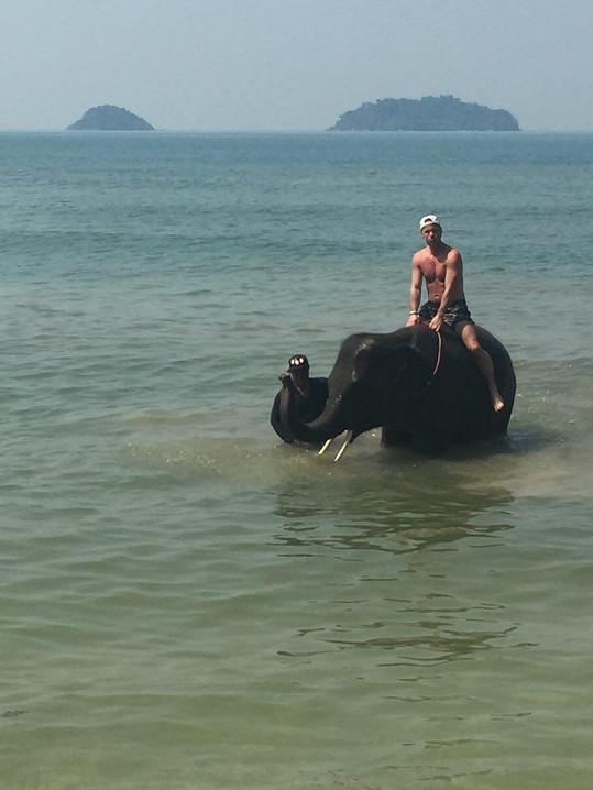 Koupání se slonem si užil.