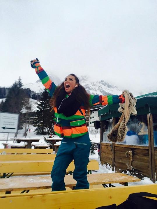 Anife je vášnivou snowboardistkou.