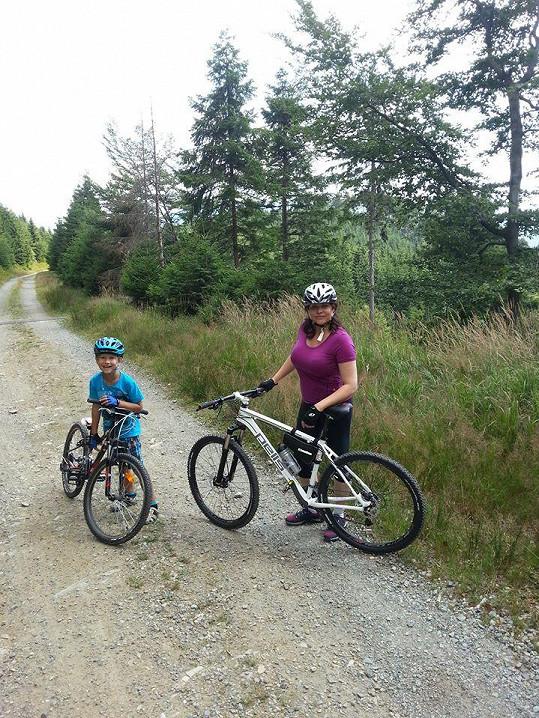 Na kole jezdí se synem Danielem, který nedá bez kola ani ránu.