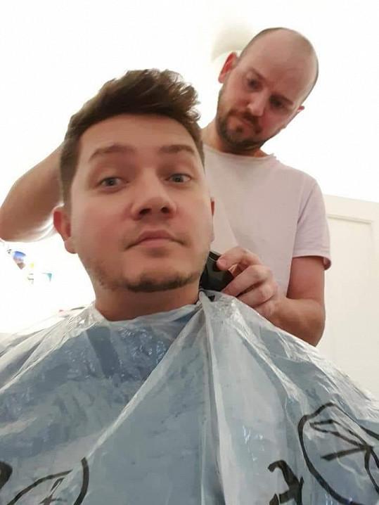 Ten mu zase na oplátku pečuje o vlasy.