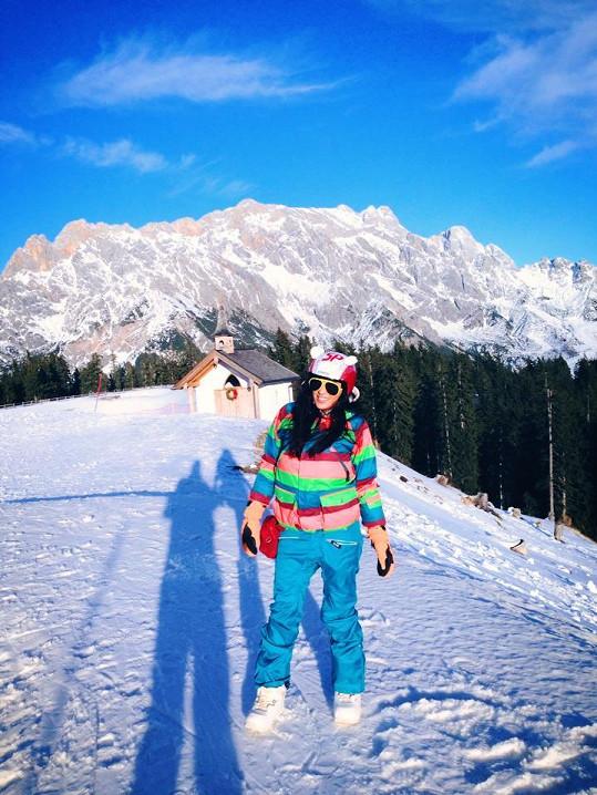 Anife to sluší i v lyžařském outfitu.