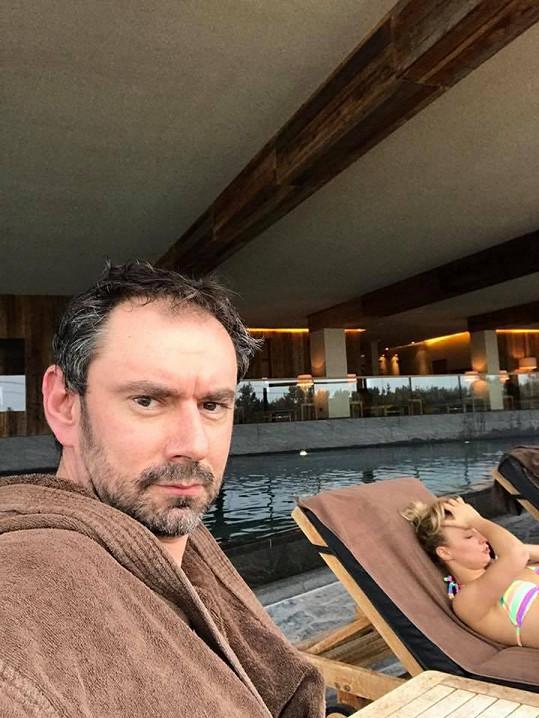 Emanuele Ridi se pochlubil touto fotkou. Blondýna v pozadí je Lucie Hunčárová.