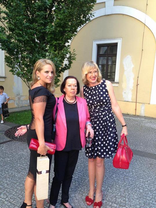 Pohublá Alena ve vlastním modelu s Yvonne Přenosilovou a Štěpánkou Duchkovou na párty.