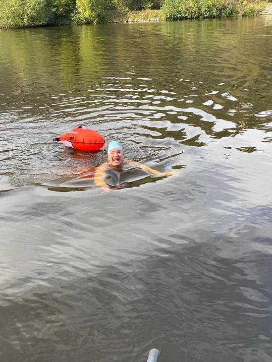 Sandra Pogodová chodí stále plavat do Vltavy.