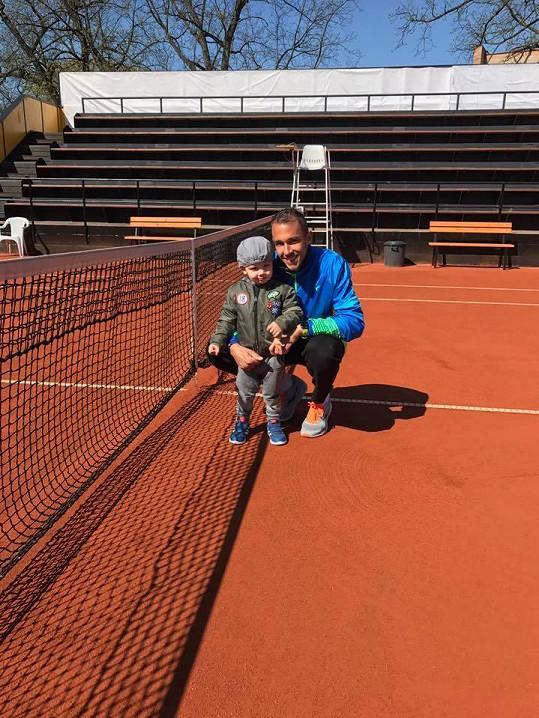 Malý André tatínkovi fandí na turnaji.