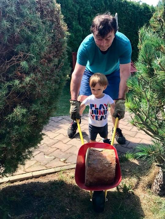 Malý Maxmilián tátovi rád pomůže.