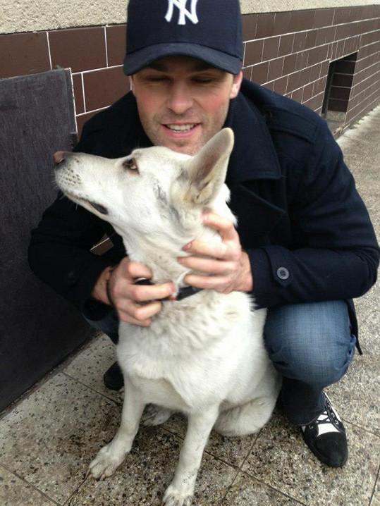 Jaromír Jágr dovádí se svými psími láskami.