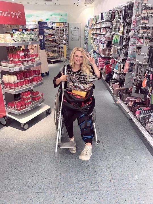Občas musí použít i invalidní vozík.