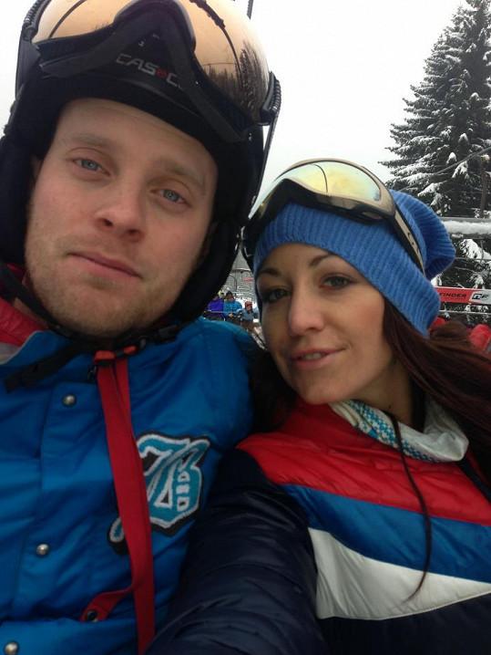 Společnou lyžovačku si nenechal ujít ani přítel Agáty Hanychové Jakub Prachař.