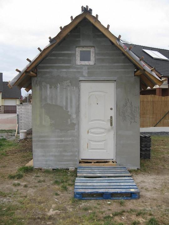 Zvenku vypadá jako menší stodola.