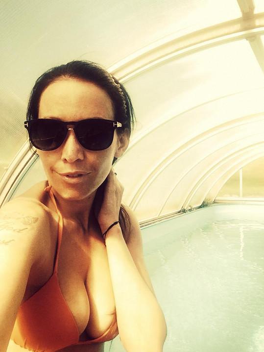 Agáta Prachařová zapózovala v plavkách.