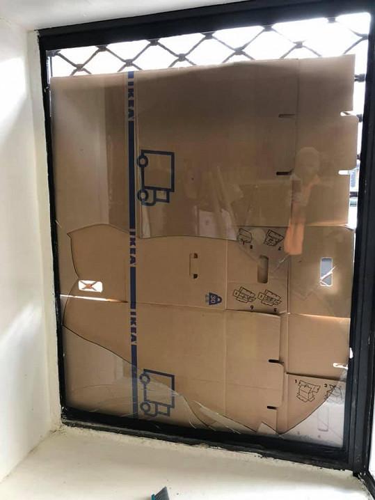 Místo rozbitého skla je výloha zakrytá papírem z krabic.