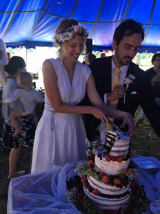 Rozálie s manželem při krájení svatebního dortu