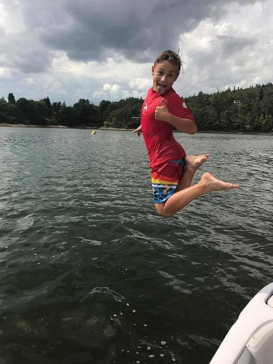 Jakub Mareš už také jezdí na vodních lyžích.