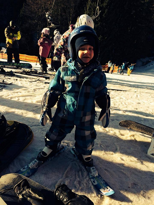 Kryšpín se učí lyžovat.