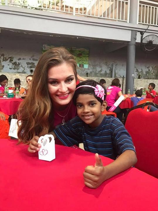 Česká modelka potěšila místní děti.