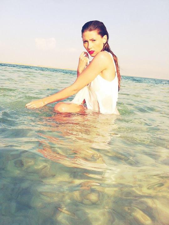 Tereza relaxuje u Mrtvého moře.
