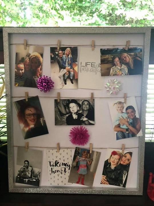 Tabule s památečními fotkami