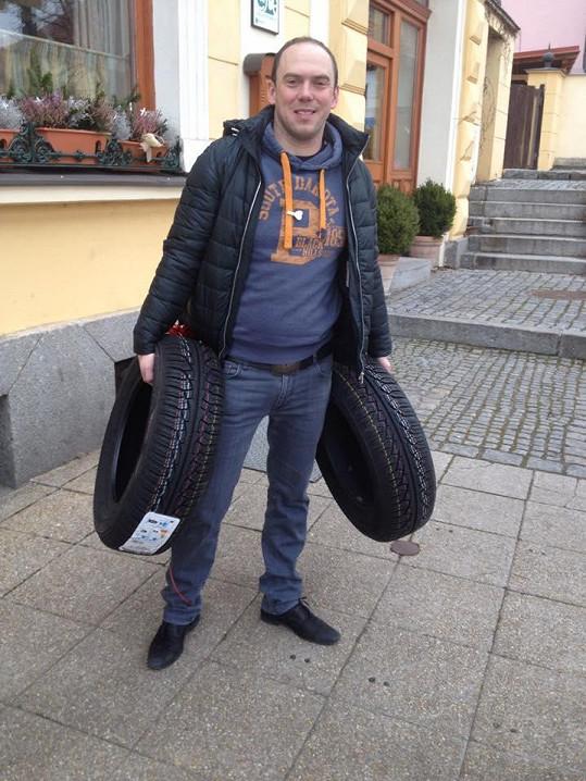 Láďa s pneumatikami v rukách i na těle