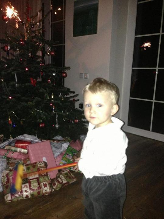 Malý Kryšpín u vánočního stromečku.