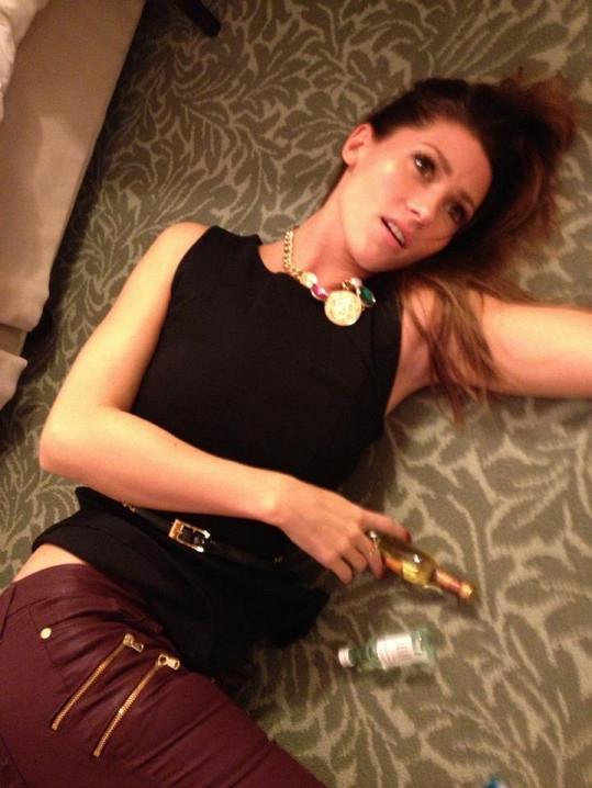 Tereza Kerndlová si hrála na opilou.