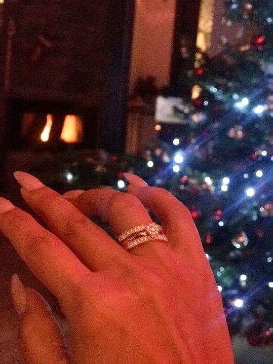 Pochlubila se zásnubním prstenem, který dostala pod vánočním stromkem.