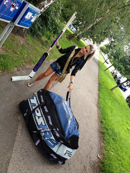 Alena často pomáhá Frýdovi s hokejovým vybavením.