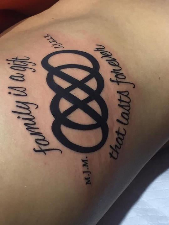 Tohle tetování zdobí její pravý bok.