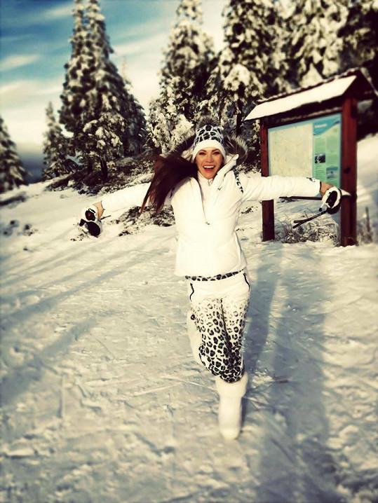 Modelka už je na lyžích jistější, ač se po loňském zranění hodně bála.