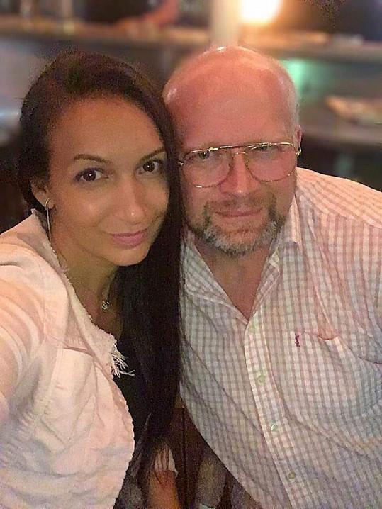 Její manžel Michal Štika zase randí s brunetkou Bárou.