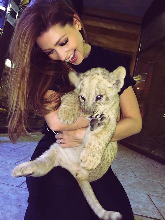 Tereza Kerndlová s malým lvíčkem