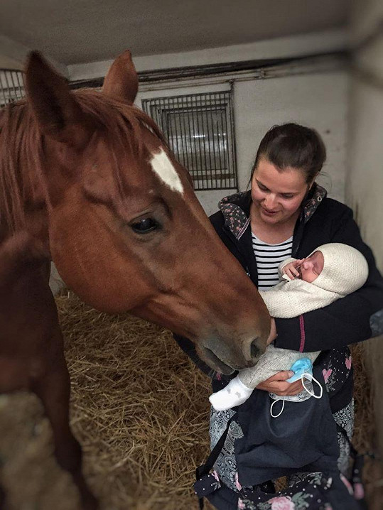 Ornella se rozhodla seznámit svého koně s novorozeným synem.