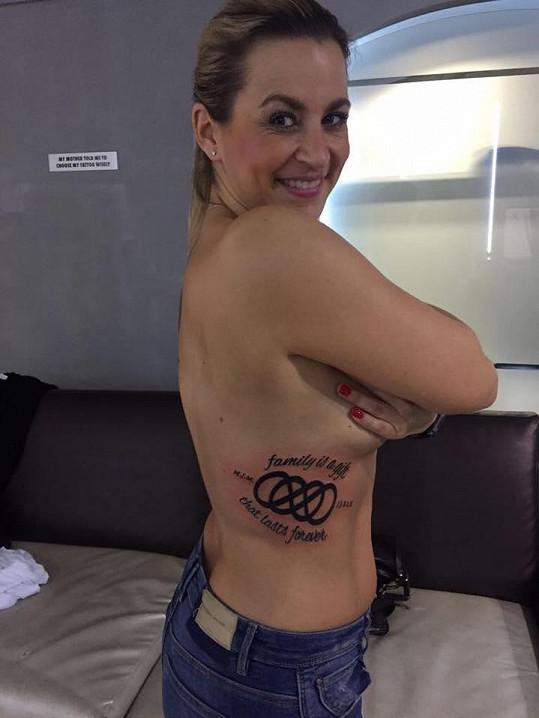 Monika se nechala znovu tetovat.