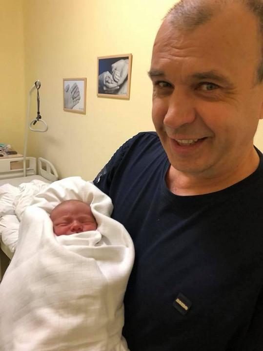 Malého vnoučka si užívá i hrdý dědeček a Ondrův táta, herec Petr Rychlý.