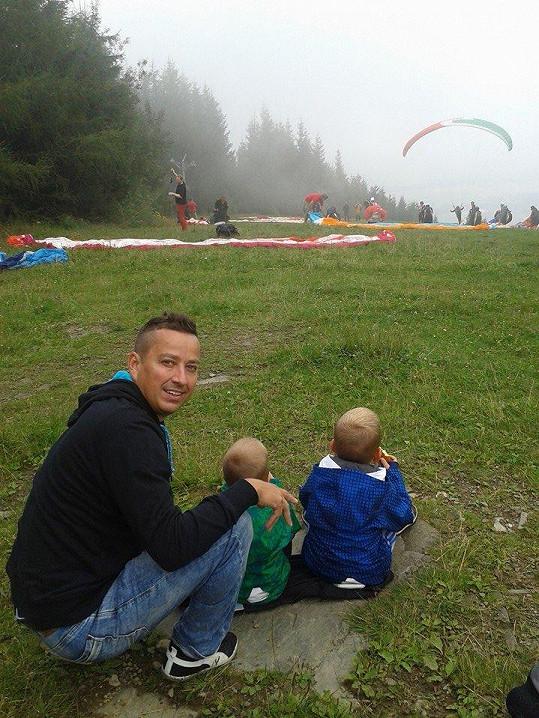 Petr se syny se nejprve díval na ostatní létající s velkým respektem.