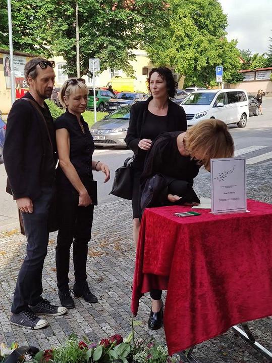 Přišly se rozloučit i Klára Cibulková s Kristýnou Frejovou.