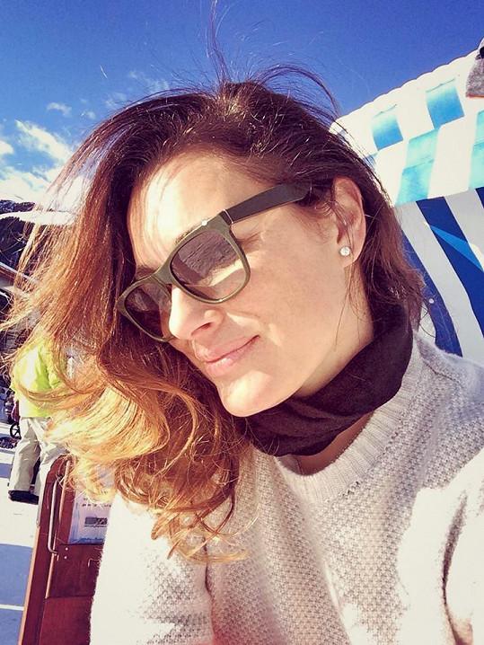 Alena Šeredová si užívá na horách.