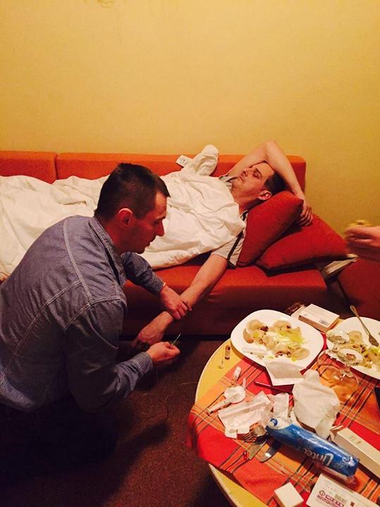 Záchranka nemohla dorazit, infuzi mu podali na hotelu.