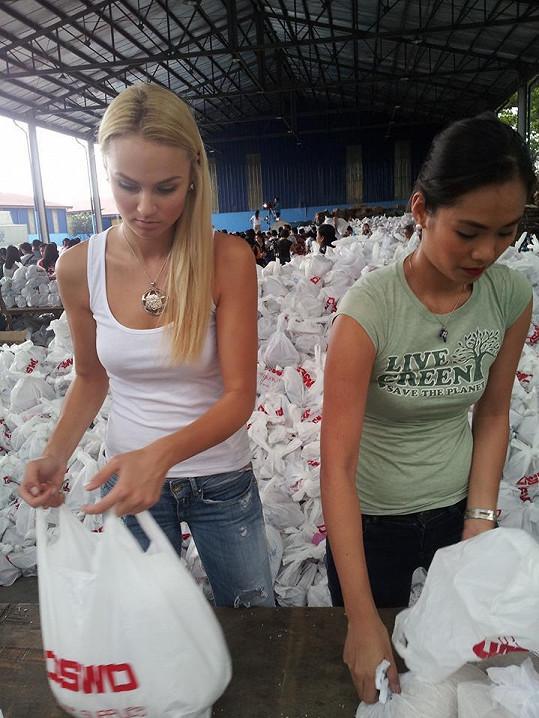 Tereza Fajksová pomáhá na Filipínách třídit humanitární pomoc.