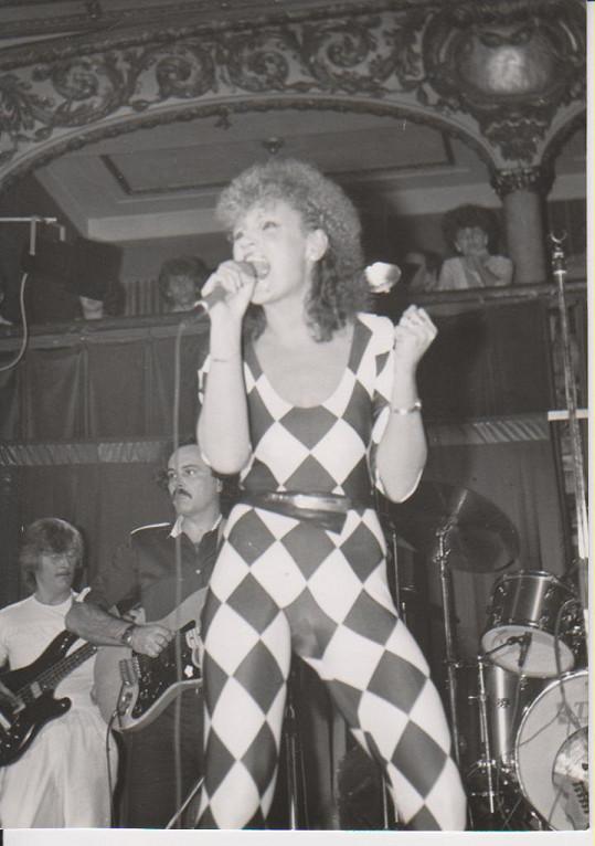 V polovině osmdesátých let ještě křičela do mikrofonu, ale už začala koketovat s popem...