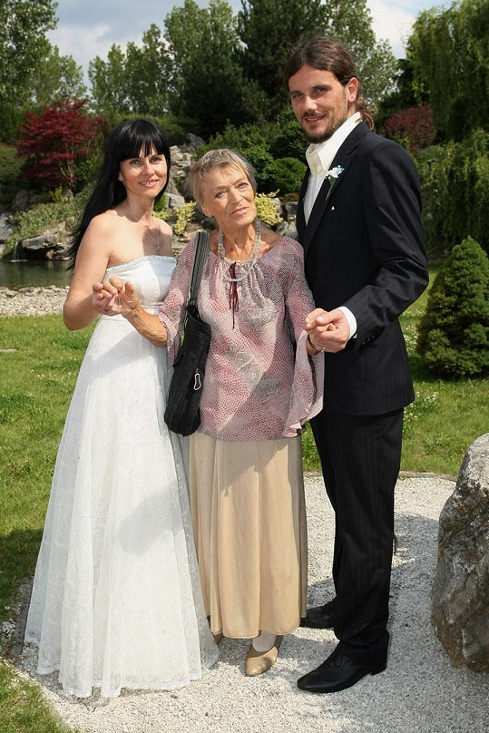 Luba Skořepová s novomanželi (2011)