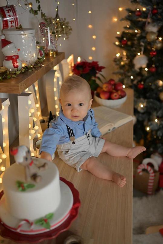 Dorian Marek už leze po čtyřech a vánoční stromeček je rázem v ohrožení.