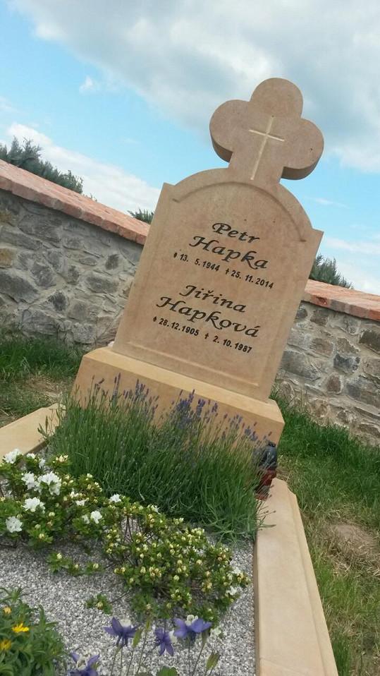 Na náhrobku je také jméno skladatelovy maminky Jiřiny.